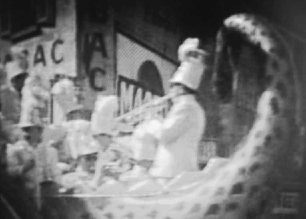 Orchestre placé à l'arrière de la remorque en forme de galion
