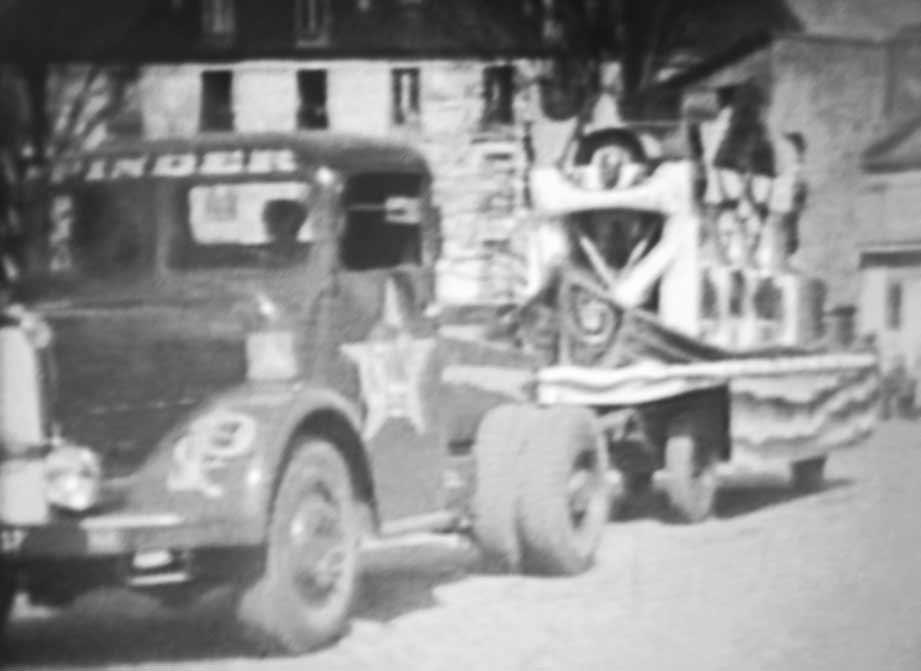 Tracteur Bernard avec une remorque en forme de coque de bateau